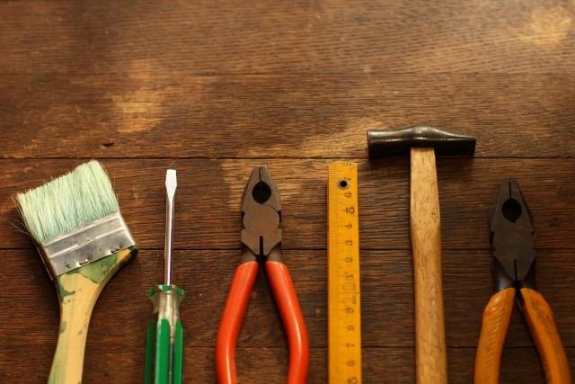 木のテーブルに並べられた工具