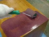 ローラーでタンスにペンキを塗る