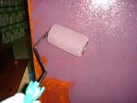 ローラーでペンキを二度塗りする