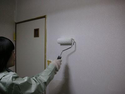 ローラーで部屋のクロスを塗装する