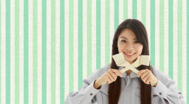 ハケを持って微笑する長髪の女性