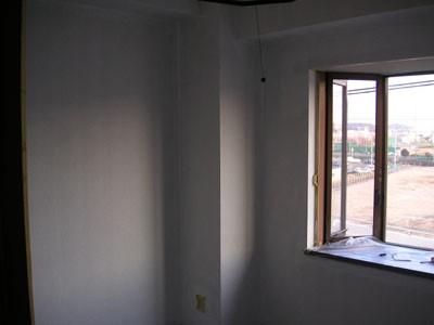 1度塗りした状態の部屋のクロス