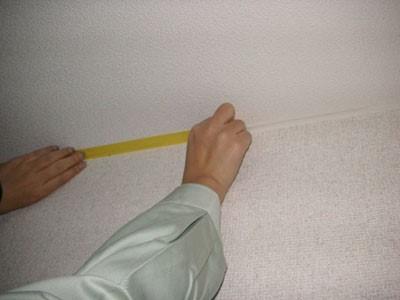 天井の見切り部分をマスキングテープで養生する