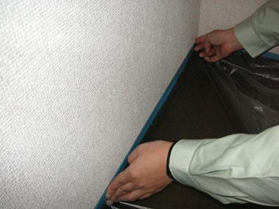 お部屋のクロスを塗装する前に養生をする