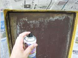 鉄扉にスプレーで塗装する