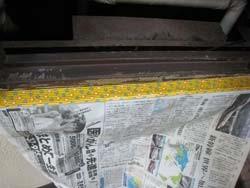 鉄扉の塗装の前に養生をする
