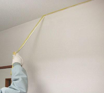 天井見切り部分の養生を剥がす