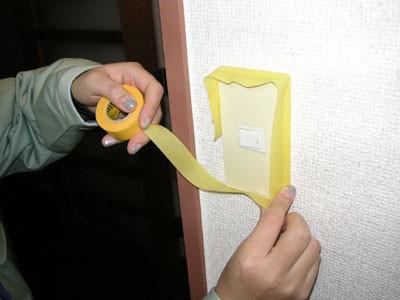 スイッチを塗装前にマスキングテープで養生する
