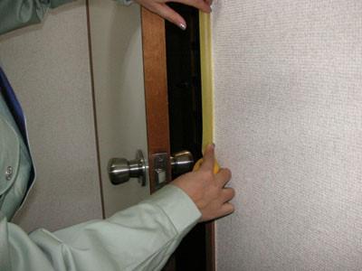 ドアのふちをマスキングテープで養生する