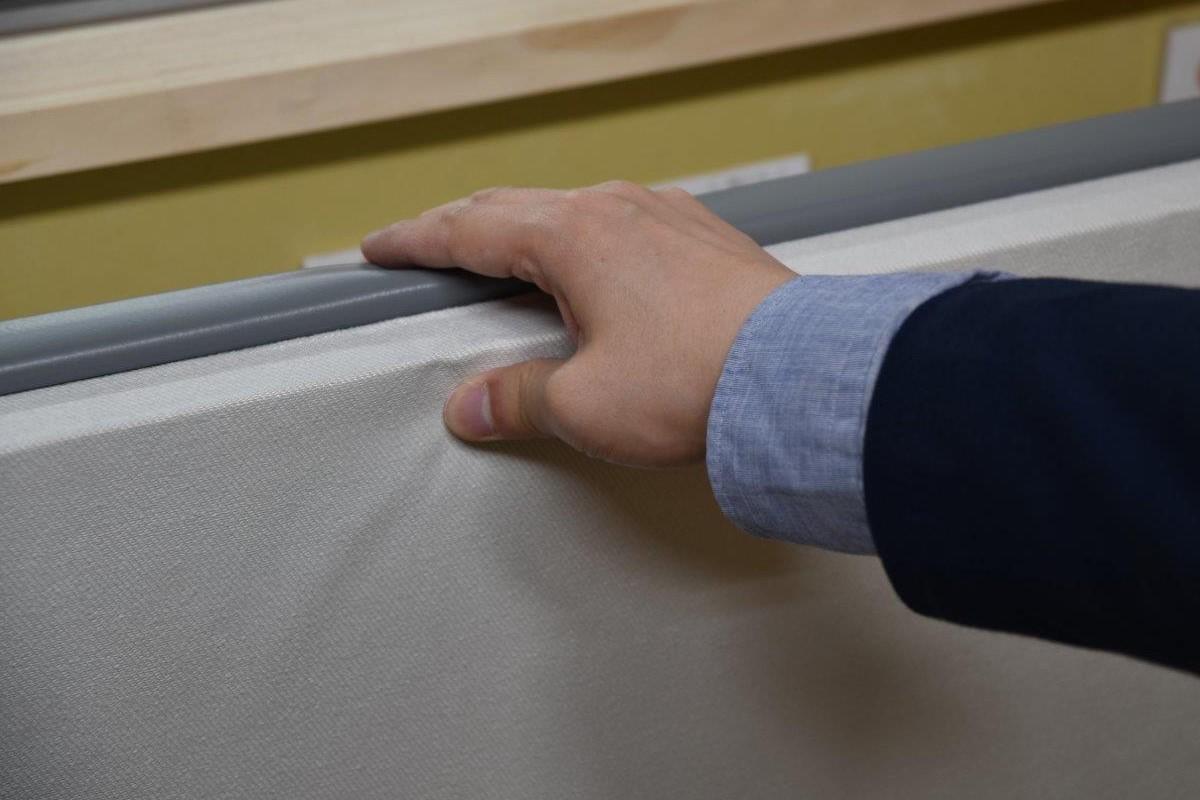 「窓用ワンタッチ防音ボード」の側面。しっかりと厚みがあります