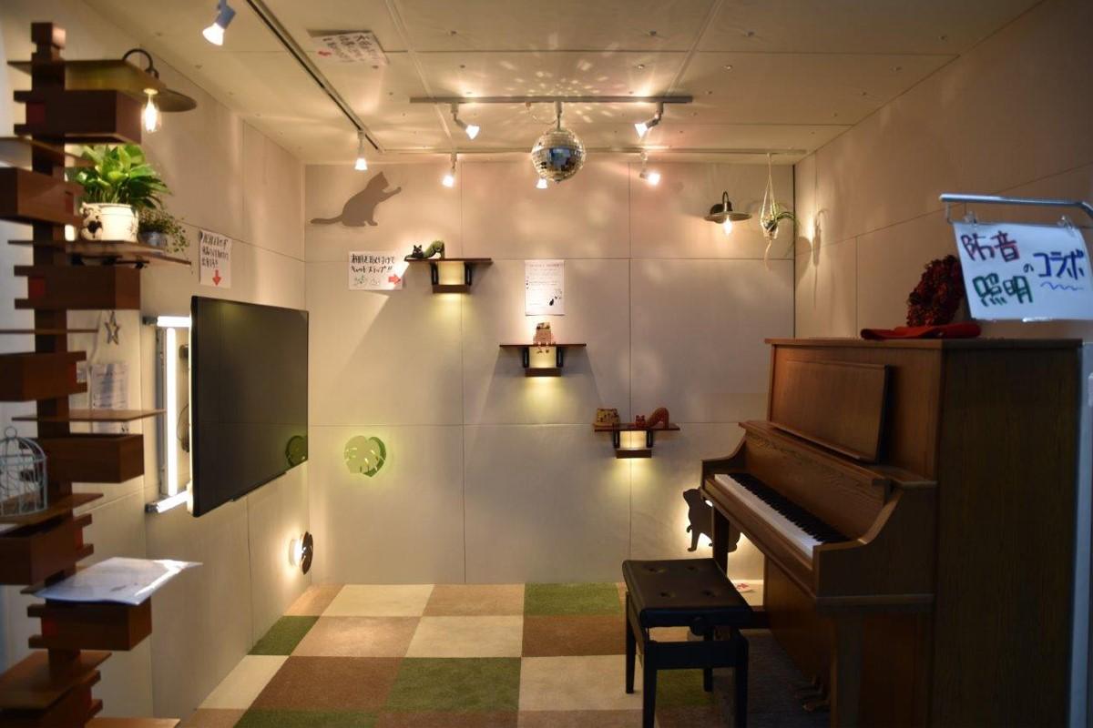防音グッズを設置したリビングブース。ピアノ裏の防音壁で振動(音)を軽減