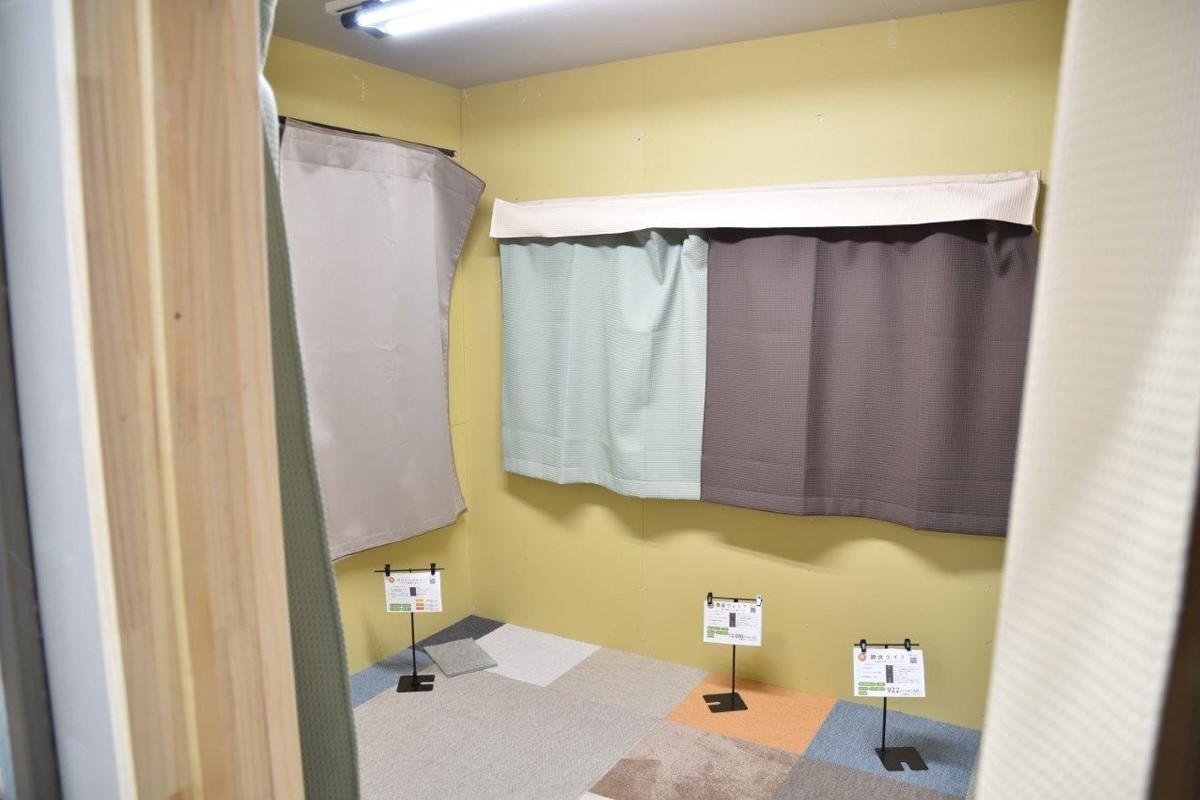 壁と床、窓(カーテン・サッシ)に防音グッズを設置したブース内は、おどろくほど静か